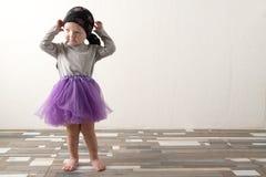 Bambino felice che gioca a casa E Il concetto dell'infanzia spensierata copia immagine stock libera da diritti