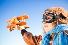 Bambino felice che gioca con l'aeroplano del giocattolo Fotografia Stock Libera da Diritti