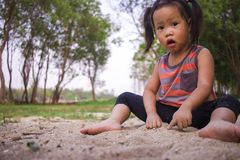 Bambino felice che gioca con la sabbia, famiglia asiatica divertente in un parco fotografie stock libere da diritti