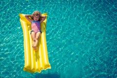 Bambino felice che gioca nella piscina Fotografia Stock Libera da Diritti