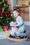 Bambino felice che gioca nella stanza Fotografia Stock Libera da Diritti