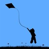 Bambino felice che gioca in un campo Fotografia Stock Libera da Diritti