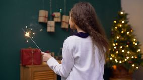 Bambino felice che gode delle scintille del fuoco della luce di Bengala video d archivio