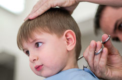 Bambino felice che ha taglio di capelli fotografie stock libere da diritti