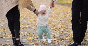 Bambino felice che impara camminare in parco autunnale video d archivio