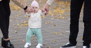 Bambino felice che impara camminare in parco autunnale stock footage