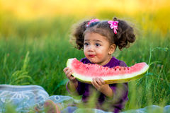 Bambino felice che mangia anguria Fotografia Stock