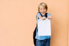 Bambino felice che mostra i buoni risultati dell'esame Fotografia Stock