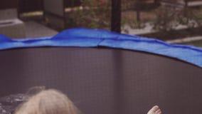Bambino felice che salta sul trampolino Azione divertente in 4k, UHD video d archivio
