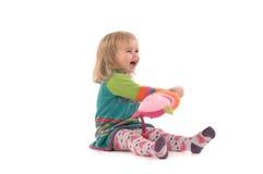 Bambino felice che si siede sul pavimento Fotografia Stock