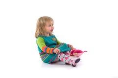 Bambino felice che si siede sul pavimento Fotografia Stock Libera da Diritti