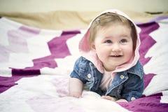 Bambino felice che si trova sul suo stomaco Fotografia Stock Libera da Diritti