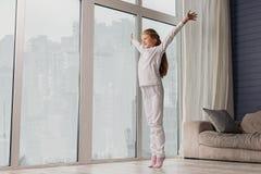 Bambino felice che sveglia a casa Fotografia Stock Libera da Diritti