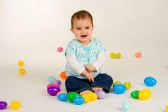 Bambino felice circa le uova di Pasqua 3 Fotografia Stock