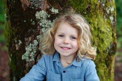 Bambino felice con capelli biondi lunghi che gode della natura Fotografia Stock
