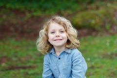 Bambino felice con capelli biondi lunghi che gode della natura Immagine Stock Libera da Diritti