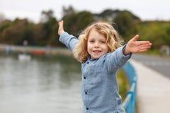 Bambino felice con capelli biondi lunghi che gode delle feste Fotografie Stock Libere da Diritti