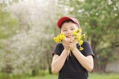 Bambino felice con i denti di leone Fotografia Stock