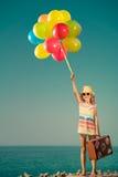 Bambino felice con i palloni variopinti sulle vacanze estive Immagine Stock Libera da Diritti