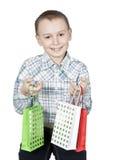 Bambino felice con i sacchetti del regalo. fotografia stock libera da diritti