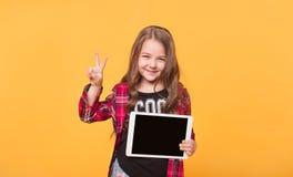 Bambino felice con il calcolatore del ridurre in pani Rappresentazione del bambino Fotografia Stock Libera da Diritti