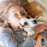 Bambino felice con il cane immagini stock libere da diritti