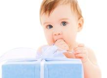 Bambino felice con il contenitore di regalo Fotografia Stock Libera da Diritti
