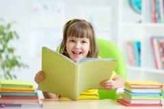Bambino felice con il libro aperto Immagine Stock