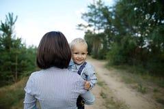 Bambino felice con il ritratto della madre immagini stock libere da diritti