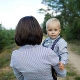 Bambino felice con il ritratto della madre immagine stock libera da diritti