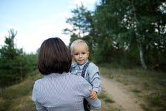 Bambino felice con il ritratto della madre immagini stock