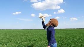 Bambino felice con l'aeroplano del giocattolo al tramonto nel campo Bambino divertendosi all'aperto Il concetto di immaginazione  archivi video