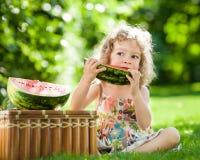 Bambino che mangia anguria Immagine Stock