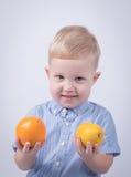 Bambino felice con le arance Fotografie Stock Libere da Diritti