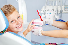 Bambino felice con le protesi dentarie del giocattolo Fotografie Stock Libere da Diritti
