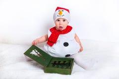 Bambino felice in costume del pupazzo di neve con i contenitori di regalo del regalo di Natale Fotografie Stock Libere da Diritti