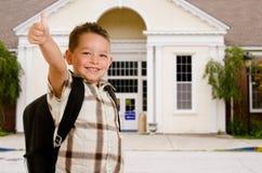 Bambino felice davanti al banco Fotografie Stock