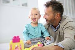 Bambino felice del ragazzo con suo padre che gioca insieme Fotografia Stock