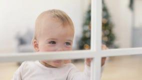 Bambino felice e madre che esaminano il Natale della finestra video d archivio