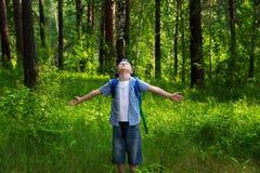 Bambino felice in foresta (parco) fotografie stock