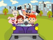 Bambino felice, mucca, maiale, pecora su un'automobile con il fumetto del fondo della città illustrazione vettoriale