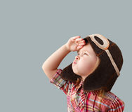 Bambino felice nel gioco pilota del casco Fotografia Stock Libera da Diritti