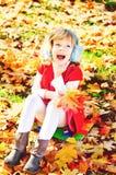 Bambino felice nel parco di caduta Fotografia Stock