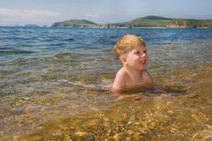 Bambino felice nell'acqua di mare Immagini Stock Libere da Diritti