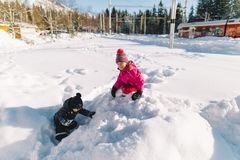 Bambino felice in neve bianca, vacanze invernali Immagine Stock Libera da Diritti