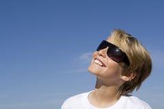 Bambino felice in occhiali da sole Immagini Stock