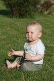 Bambino felice su erba Immagini Stock Libere da Diritti