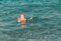 Bambino felice sveglio che gioca con la pistola di acqua Fotografia Stock Libera da Diritti