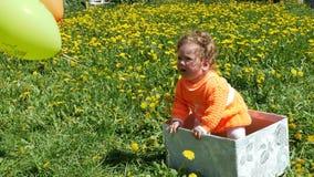 Bambino felice in una radura della molla in denti di leone con la sua famiglia archivi video