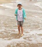 Bambino felice - una ragazza che si leva in piedi sulla gioia dell'esperto in informatica Fotografia Stock